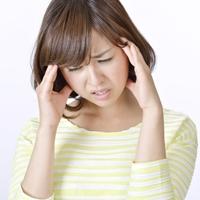 頭痛に悩む女性の写真