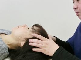 頭蓋骨を矯正する施術の写真