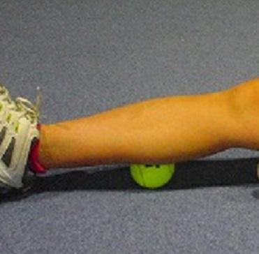 テニスボールを転がす画像